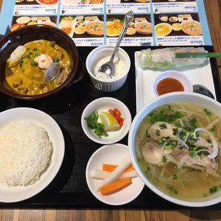 ベトナムの海鮮カレーと鶏肉のフォーセット(ベトナムフォー )
