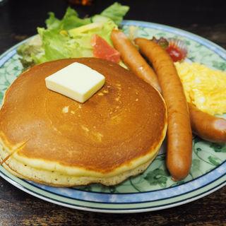 ホットケーキランチ、あらびきソーセージ、スクランブルエッグつき(花時計 (はなどけい))