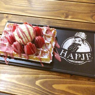 バニラアイス、イチゴ、ルビーチョコレートのワッフル(hapje)