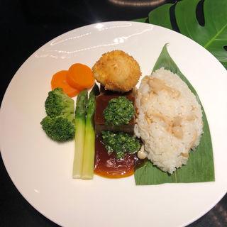 ロコモコハレクラニスタイル 揚げ卵 きのこライス添え (カフェ クベール (CAFE COUVERT))