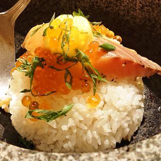 生サーモンと香味醤油の石焼ご飯