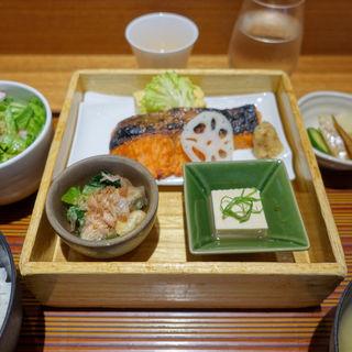鮭膳(ヒトシナヤ (Hitoshinaya))