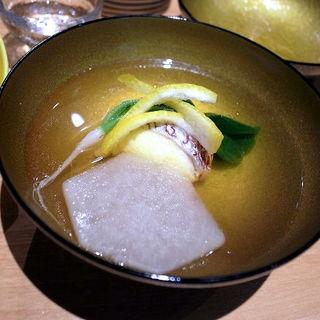 真鯛のしんじょうと鴬菜(うぐいすな)と亀甲大根のお椀(みこころや )