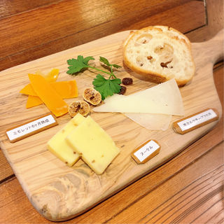 世界のチーズ盛り合わせ(イタリアンバル PONTE (ポンテ))