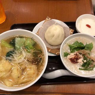 ワンタン麺と大葉とミョウガのお粥 ハーフ(謝朋殿 點心樓)