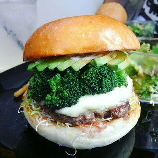 ブラウンバンズ+ビーフパティ+アボカド+ブロッコリー+アルファルファ+モッツァレラチーズ+トリュフフレーバーソース(milia burger)