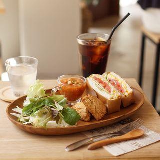米粉ブレッドのサンドイッチ&米粉スコーンのランチプレート(Comeconoco Laboratory & Cafe)