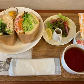野菜たっぷりサンドとツナオリーブサンド(エムジュース (em juice))