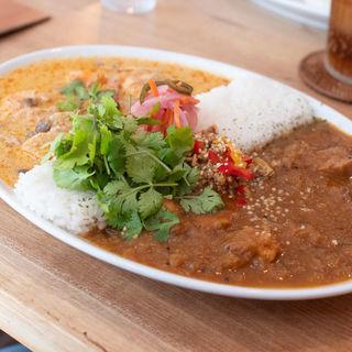 レッドカレーとチキンカレーのあいがけ+オーガニックパクチー(spiceスエヒロ (スパイススエヒロ))