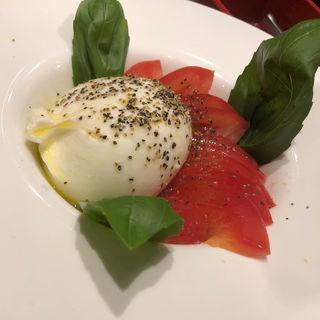 まるまるブッラータチーズとトマトのカプレーゼ(Yaesu 海老 talian バル ルクア大阪梅田店)