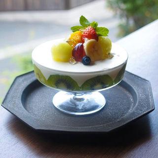 8種のフルーツとヨーグルトのパルフェ(DORUMIRU.yasakanotou)
