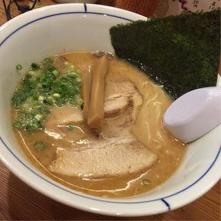 薫る純系とんこつ(烈志笑魚油 麺香房 三く)
