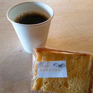 シフォンケーキとコーヒー(ミサキノヒトフク)