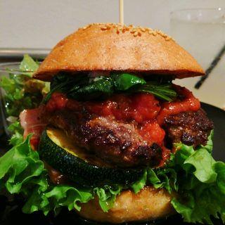 ハンバーガー(全粒粉バンズ+ビーフパティ+丸ズッキーニ+ほうれんそう+グリーンリーフ+ベーコン+トマトソース)(milia burger)