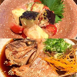 真鯛のあら炊き/水ナスとトマトの茗荷和え(日本酒と魚 くらよし)