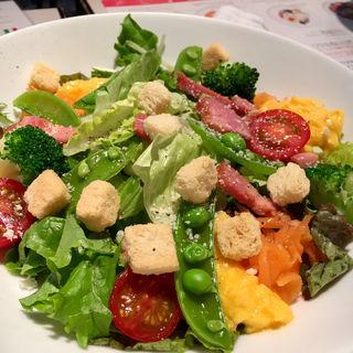 季節野菜ととろっとスクランブルのシーザーサラダ(パールヴィータ)