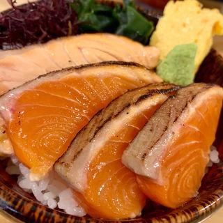 炙りサーモン丼(いくら丼 波の)