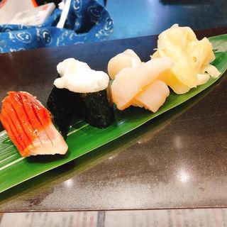 (右)二階建て生ほたて(立食い寿司 根室花まる)