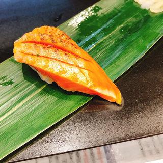 炙りトロサーモン焦がし醤油握り(立食い寿司 根室花まる)