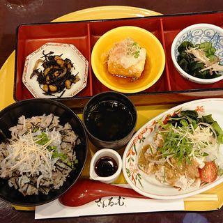 釜揚げしらす丼とたっぷり野菜の冷しゃぶ御膳(さんるーむ アトレ川崎店)