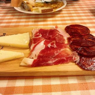 イベリコ豚の生ハム、チョリソ、マンチェゴチーズの3種盛り(バル ポルティージョ デ サルイアモール)