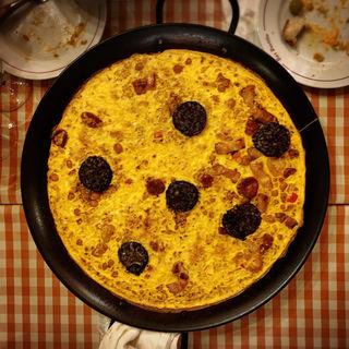 卵でとじたチョリソとひよこ豆のパエリア(バル ポルティージョ デ サルイアモール)