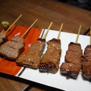 当店自慢の牛串焼きに加えて赤身のステーキもついた◆満足コース(六角のうしお(むつかどのうしお))