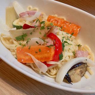 ベーコンとグリル野菜のペペロンチーノ(樋上養蜂場「みつばち屋」 (ひのうえようほうじょう))