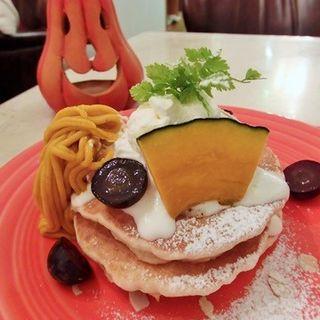 かぼちゃクリームのモンブラン仕立てパンケーキ ドリンク付き(T.C cafe 南堀江店 (ティーシーカフェ))