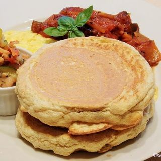 100%全粒粉の豆乳仕立てパンケーキ~フワフワ豆乳オムレツにラタトゥーユソースを添えて~ハワイ伝統料理のロミロミサーモン付(レインボーパンケーキ (RAINBOW PANCAKE))