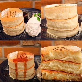 ホワイトスフレパンケーキ【メープルナッツバター付き】(BURN SIDE ST CAFE (バーンサイドストリートカフェ))