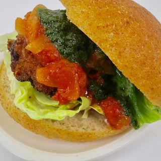 仔牛のミラノ風カツレツバーガー 大葉のジェノベーゼと特製味噌トマトソース(Dining Bar SelVaggio)