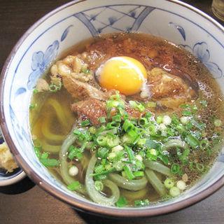 よもぎ牛すじ肉うどん+生玉子(筑豊製麺組合 よもぎうどん 博多店)