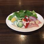 たっぷり野菜とハムのサラダ