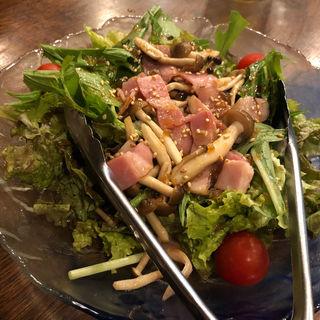 キノコとベーコンのサラダ(和ドレ)(炭火 串焼きボンちゃん)