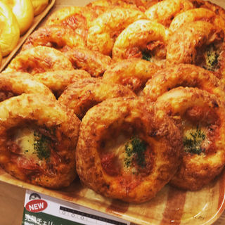 完熟チェリートマトと贅沢5種チーズのフォカッチャ(フォレスティカフェ 成城店 )