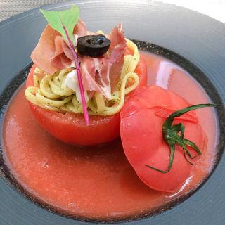 トマトのケースに入った冷製パスタとガスパチョ(アマデウス )