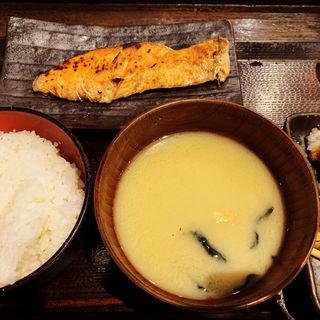 厚切り銀鮭塩焼定食(しんぱち食堂 新宿店 )