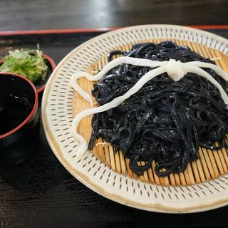 竹炭黒ざるうどん(官兵衛うどん)