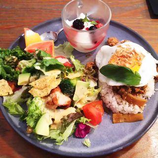 ガパオライス&チキンとアボカドのグルメサラダプレート(WIRED CAFE アトレ川崎)