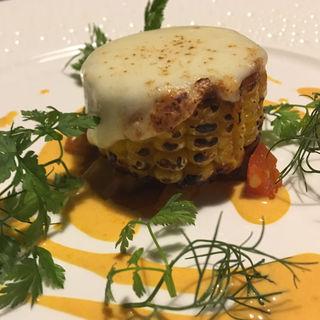 モツァレラを乗せて焼き上げた 北海帆立のムースを詰めたトウモロコシ(レストラン・ピウ)