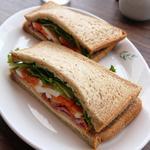 ベーコンチーズと彩り野菜のサンドイッチ
