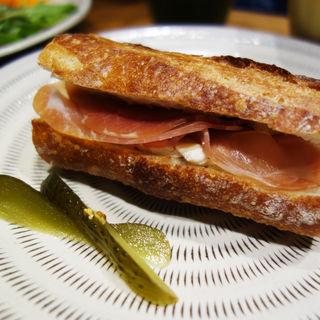 生ハムとブリーチーズのバゲットサンド(ROJIURA BAKERY CAFE(ロヂウラベーカリーカフェ))