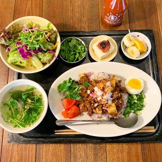 薬味たっぷり肉味噌のそぼろご飯+パクチー(think食堂 (シンクショクドウ))