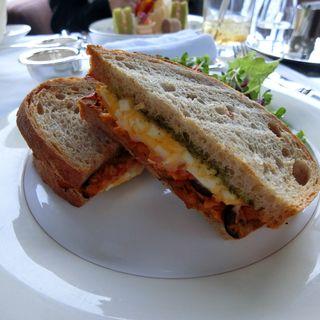 ツナとボイルドエッグ ドライトマト バジル モッツァレラチーズのホットサンド(ピーク・ラウンジ )