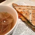 トマトとモッツァレラのホットサンド (カフェ ソラーレ 高槻店 (CAFE SOLARE))