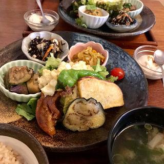 39品目の健康定食(玄三庵 西梅田店)