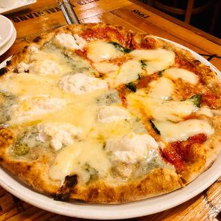 マルゲリータと色々チーズでハーフ&ハーフ(ピッツェリア パーレンテッシ)