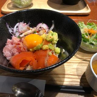 サーモンアボカド丼(カイテキ カフェ (KAITEKI CAFE))