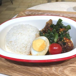 揚げ鶏のバジルソースかけご飯(チョップスプーン ガパオキッチン デリアンドキッチン アトレ川崎店)